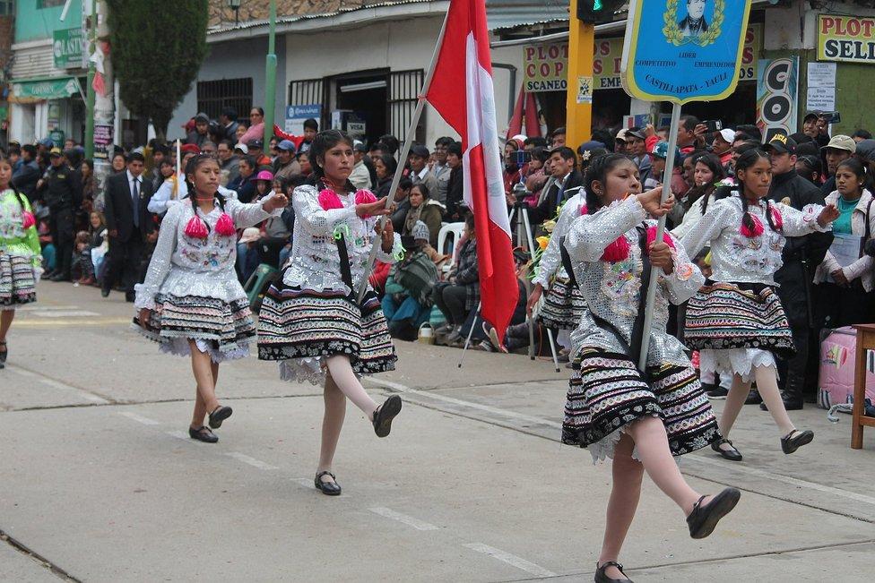 Desfile y destreza en concurso escolar de escoltas por 179° años de Huancavelica