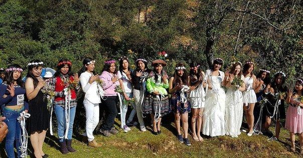 Día de la Tierra: 18 jovencitas se casan cor árboles en Huancayo