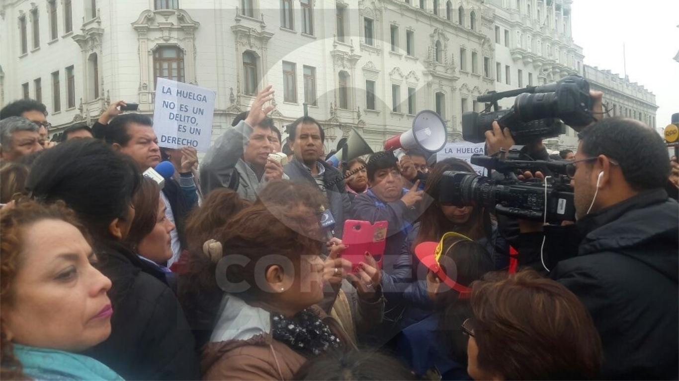 Maestros afirman que seguirán en huelga pese a amenazas de despido