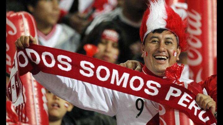 Hinchas se concentran en Plaza Mayor de Lima para alentar a la selección