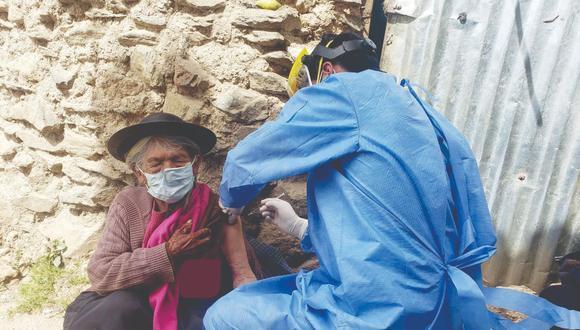 Anciana de 116 a�os recibe su segunda dosis contra la COVID-19 en Huancavelica