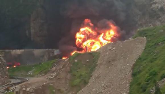 Carretera Central: reportan bloqueo por incendio de seis cisternas en el kil�metro 85