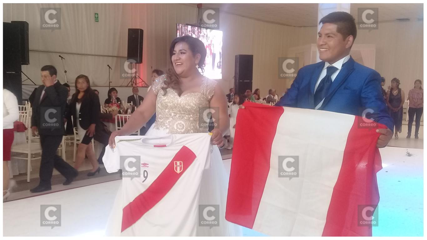 Hinchas se casan con una singular boda blanquirroja