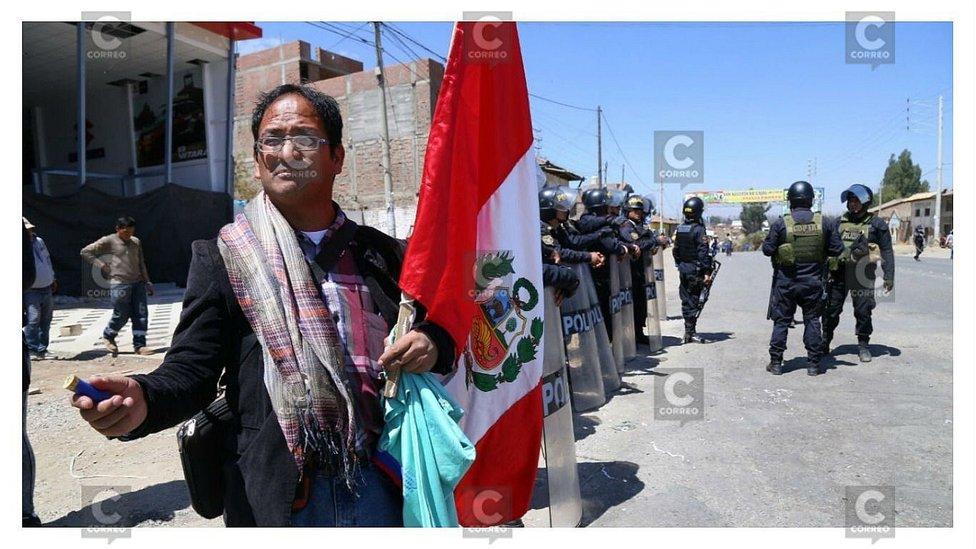 Huancayo: Al menos dos heridos deja enfrentamiento entre profesores y PNP