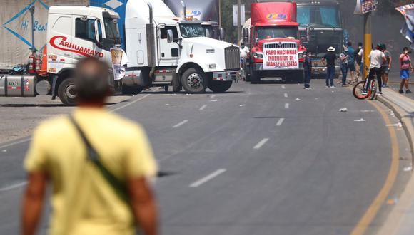 Paro de transportistas: desorden y quema de llantas bloquea Carretera Central y otras v�as
