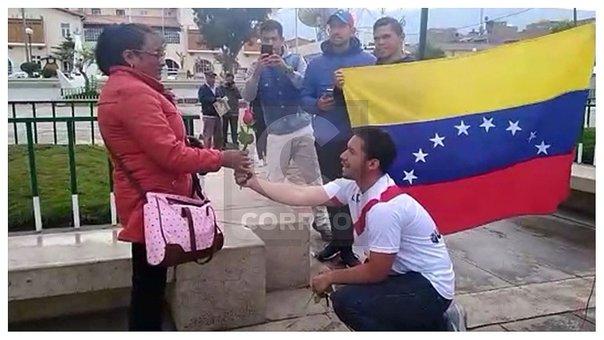 Venezolanos entregan rosas a huancaínas para resarcir críticas de compatriota