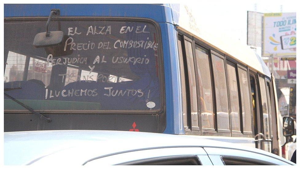 Pasajeros sufren y choferes reclaman por alto costo de combustibles en Huancayo
