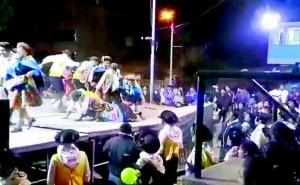 Huancayo: en pleno zapateo de danzantes de huaylarsh escenario se desploma