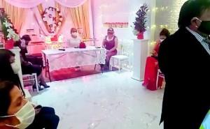 Doce personas fueron llevadas a la comisaría por celebrar matrimonio civil en Huancayo (VIDEO)