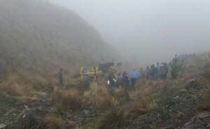 ?Por lluvias, carretera cede, cargador frontal cae y aplasta padre de cinco hijos