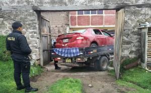 Asaltantes roban auto a taxista y en medio de balacera policías lo recuperan