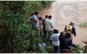 Buscan auto que desapareció con docentes en el río Tulumayo