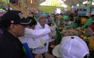 Cuidado: Usan productos caducados para preparar alimentos en mercado