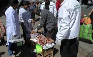 Decomisan carne en mal estado que vendían ambulantes de Huancayo