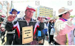 ?Directores entregan llaves de colegios y miles de docentes marchan encadenados