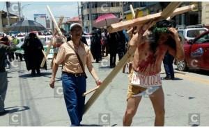 Huancayo: Docentes universitarios se crucifican pidiendo homologación de sueldos