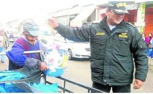 Emotivo: policía sorprende a humildes padres de familia entregándoles regalos