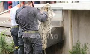 Hallan cadáver de varón debajo de escaleras de municipalidad distrital