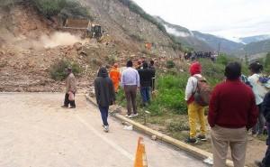 Huaico bloquea carretera Huancayo - Huancavelica y deja decenas de vehículos varados