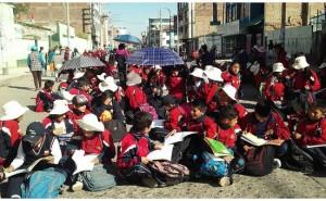 Huancayo: 3 mil escolares 'hacen clases en las calles' para exigir un nuevo colegio