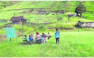 Huancayo: Escuela se cae por lluvias y ahora niños estudian en penosas condiciones