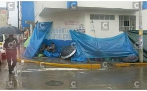 Huancayo: Padres hacen colas en plena lluvia y duermen en la calle por una vacante