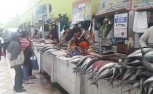 Huancayo: Por huaicos en la Carretera Central venden pescado en mal estado