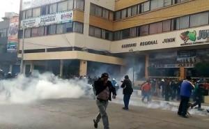 Junín: Con bombas lacrimógenas dispersan a profesores que obstaculizan ingreso al gobierno regional