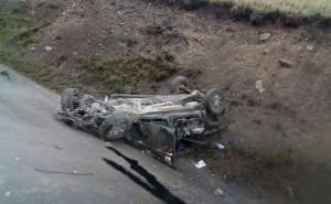 Minera muere al salir volando de camioneta que chocó con tráiler