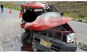 Mujer muere en choque de camioneta con camión cargado de cemento