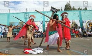 Preso carga la cruz de sus culpas y las de compañeros en penal de Huancayo